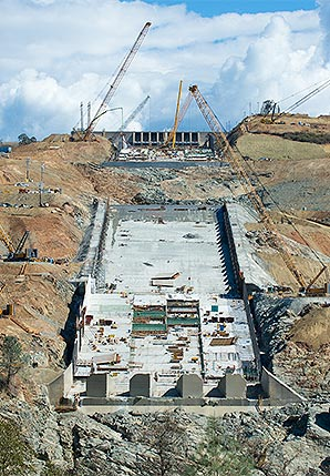 Rebuilding the damaged spillway at Oroville Dam. Photo credit: Kelly M. Grow/ California Department of Water Resources