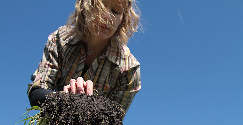 Amy Overstreet holding a fistful of soil. Photo credit: American Farmland Trust