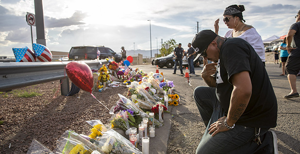 People mourn in El Paso, Texas. Photo credit: Chine Nouvelle/SIPA/Newcom