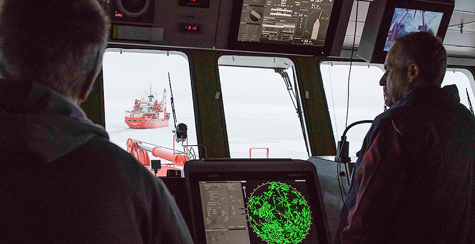 The Akademik Fedorov is seen from the bridge of the Polarstern. Photo credit: @EstherHorvath3/@MOSAiCArctic/Twitter
