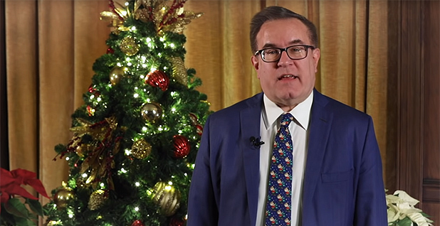 Administrateur de l'EPA Andrew Wheeler délivrant un message de vacances. Crédit photo: EPA / YouTube
